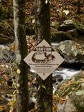 Underteckna varning av giftiga ormar i området Royaltyfri Foto