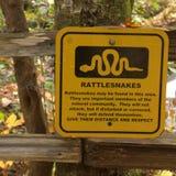 Underteckna varning av giftiga ormar i området arkivbilder