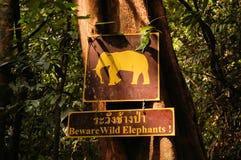 Underteckna varning av lösa elefanter, Khao Sok, Thailand Royaltyfri Fotografi
