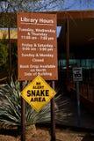 Underteckna varning av ormar på en offentlig byggnad Royaltyfria Bilder