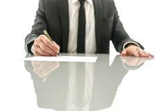 Undertecknande avtal för affärsman Arkivfoton