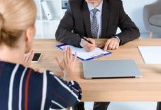 Undertecknande avtal för affärsman med kvinnan Arkivfoto