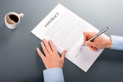 Undertecknande avtal för kvinnlig chef royaltyfri foto