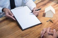 Undertecknande avtal för man av dokumentet för lånöverenskommelse med bankmäklaren royaltyfri foto
