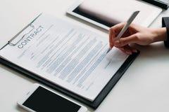 Undertecknande avtal för utövande ledare för beslut kvinnlig arkivfoton
