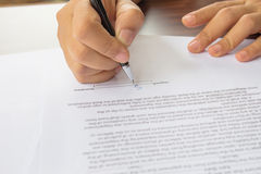 Undertecknande avtal för kvinnlig hand. Arkivfoto