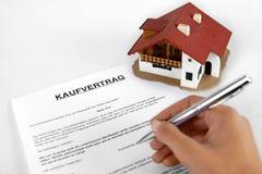 Undertecknande fastighetavtal - begrepp med det tyska ordet Kaufvertrag Arkivfoto