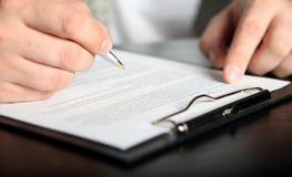 Undertecknande finansavtal Arkivbild