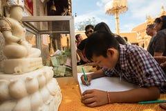 Undertecknande Guestbook på Doi Suthep Temple i Chiang Mai, Thailand Fotografering för Bildbyråer