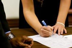 Undertecknande äktenskapslicens Royaltyfri Bild