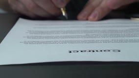 Undertecknande officiellt dokument med en blå bläckpenna lager videofilmer