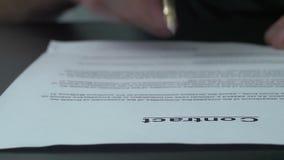 Undertecknande officiellt dokument med en blå bläckpenna arkivfilmer