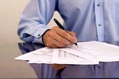 Undertecknande papperen för affärsman Arkivbild