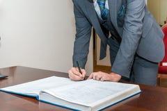 Undertecknande registrering av förbindelsen arkivfoton
