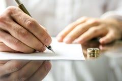 Undertecknande skilsmässalegitimationshandlingar Royaltyfri Fotografi