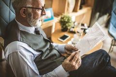 Undertecknar den övre bilden för slutet av höga affärsmän in dokument arkivfoton