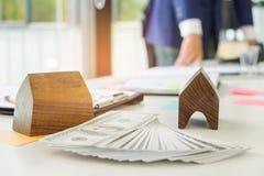 Undertecknar den hem- köpekontraktet för begreppet, affärsmän ett hus p Arkivfoton