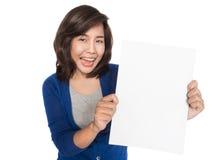 undertecknar den nya isolerade älskvärda model nätt uppvisningen för den asiatiska kvinnlign för bakgrund härliga blanka caucasia Royaltyfri Fotografi