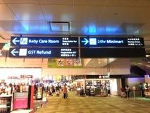 Undertecknar in flygplatsen Arkivbild