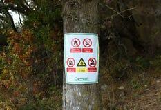 Undertecknar ` ingen brand`, ingen ` - röka `, ` ingen campa ` i skog på ön Lastovo, Kroatien Arkivfoto