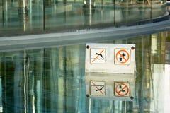 'Undertecknar ingen simning' in springbrunnen Arkivbild