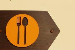 Undertecknar kafeterian på en bakgrund av brunt trä Arkivbilder