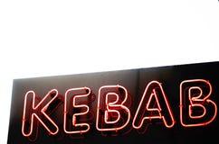 Undertecknar rött livligt neon för kebaben över en himmel Royaltyfri Foto