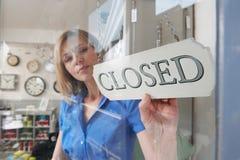 Undertecknar roterande stängda för lagerägare shoppar in dörröppningen royaltyfria foton
