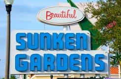 Undertecknar SJUNKNA TRÄDGÅRDAR för botanisk trädgårdnöjesfält in St Petersburg Florida arkivfoton
