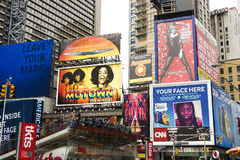 Undertecknar in Times Square Arkivbild