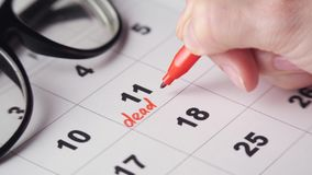 Underteckning av en stopptid på kalendern stock video