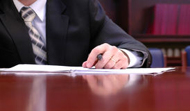 Underteckning av ett avtal Arkivbild