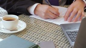 Underteckning av ett avtal under en affärslunch arkivfilmer