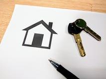 Underteckning av intecknar för att köpa ett nytt hus royaltyfria foton