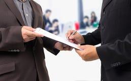 underteckning för affärsavtalsman Arkivfoton