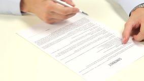 underteckning för man för avtalsdjupfält grund arkivfilmer