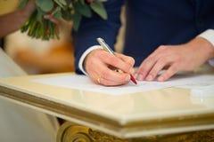 Underteckningen av förbindelseavtalet bröllop för tappning för klädpardag lyckligt Arkivbilder