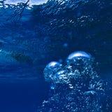 Undervattens- abstrakt blått ytbehandlar och luftar bubblar Royaltyfri Fotografi
