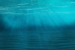 Undervattens- blå bakgrund i havet, hav, med volymljus framförande 3d Fotografering för Bildbyråer
