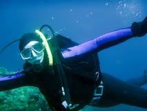 Undervattens- dykare i undervattens- värld Arkivfoto
