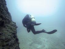 Undervattens- dykare i undervattens- värld Royaltyfria Foton
