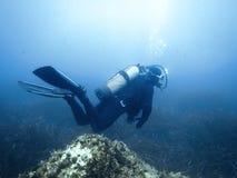 Undervattens- dykare i undervattens- värld Arkivbild