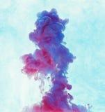 Undervattens- färgdroppe skapa en siden- gardin Virvlande runt unde för färgpulver Arkivfoton