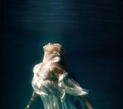 Undervattens- flicka i simbassäng Arkivfoton