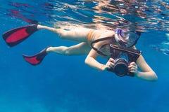 Undervattens- fotograf med kameran Fotografering för Bildbyråer
