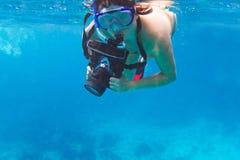 Undervattens- fotograf med kameran Royaltyfria Bilder