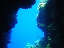 Undervattens- grotta i Röda havet arkivfoto