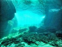 Undervattens- grotta med lightfall Royaltyfria Foton