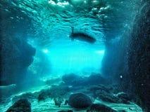 Undervattens- grotta med lightfall Arkivbilder