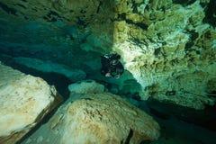 Undervattens- grottor för dykare som dyker Ginnie Springs Florida USA Arkivbild